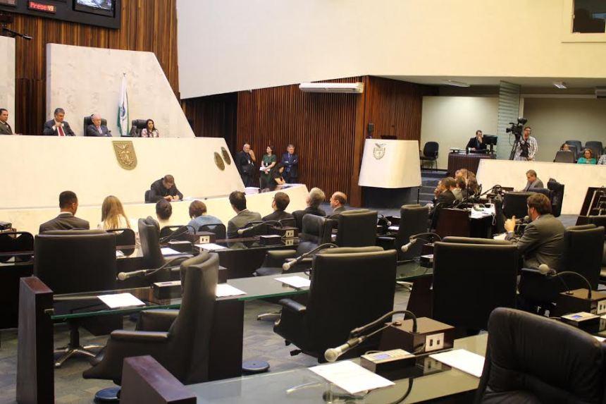 crédito de imagem: Tikinho/Alep Segundo os deputados, o protesto ocorreu por que o governo só disponibilizou o relatório com o balanço financeiro, na noite de terça-feira (29), algumas horas antes da apresentação do relatório
