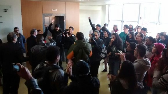 Estudantes protestam no hall de entrada do gabinete de Marcelo Rangel
