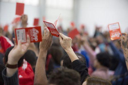 Com uma diferença de apenas cinco votos, professores decidiram manter a greve no Paraná. (Foto: Brunno Covello)
