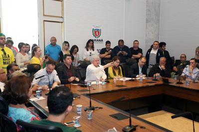 Governo do Estado realizou uma reunião neste domingo (23), com diretores, professores, pais e representantes de movimentos sociais, para discutir as ocupações das escolas. (Foto: Orlando Kissner / ANPr)