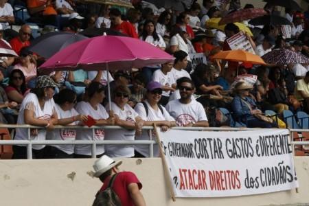 Em assembleia neste sábado (11), em Maringá, professores decidem se haverá greve. (foto:Daniel Castellano/Gazeta do Povo)
