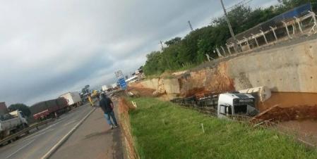 A CCR Rodonorte informou que o caminhão está carregado com óleo diesel. (foto: Valdinei Ribeiro)